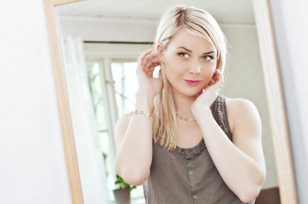 confident-woman-looking-in-mirror_kdu09w
