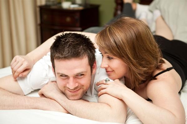 woman-whispering-in-mans-ear_itxp0p
